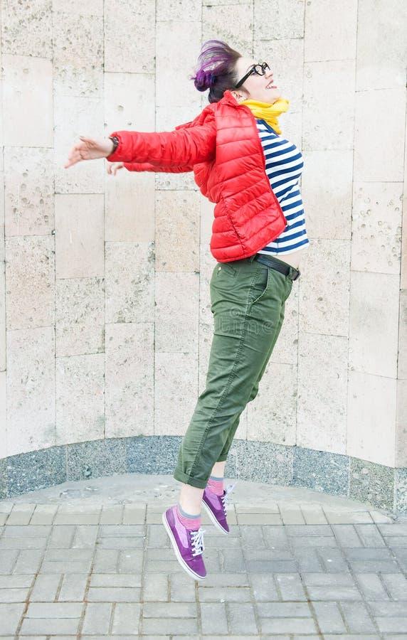 Potomstwo mody modnisia kobieta z kolorowym włosianym doskakiwaniem fotografia stock