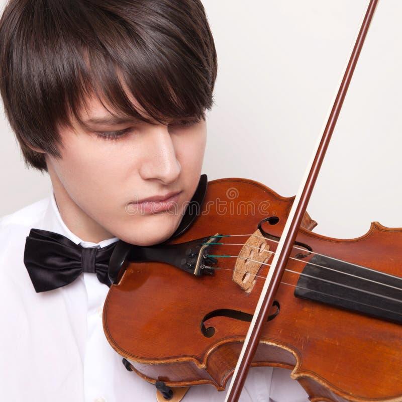 Potomstwo muzyk bawić się skrzypce zdjęcia stock