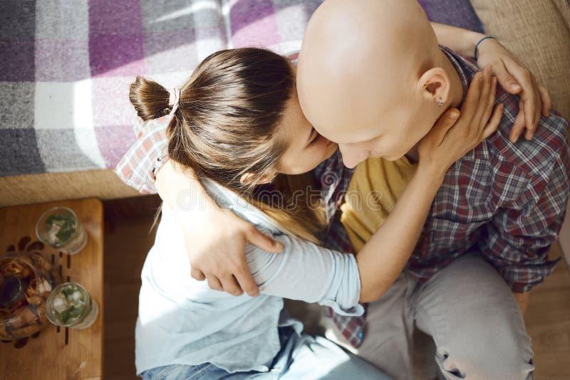 Potomstwo oferta rozkochiwał pary wydaje czas wpólnie na podłodze w sypialni, przytuleniu i całowaniu w domu, siedzący, each obrazy stock