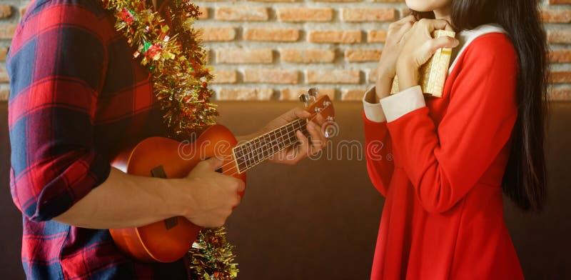 Potomstwo para świętuje boże narodzenia z ukulele obrazy royalty free