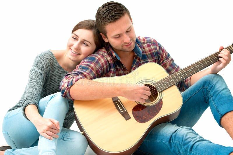 Potomstwo para bawić się gitarę zdjęcia royalty free