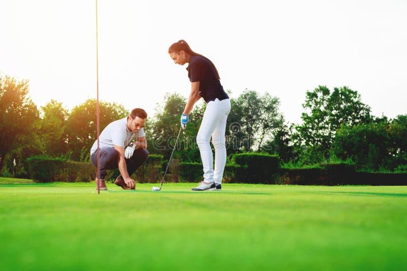 Potomstwo para bawić się golfa zdjęcia royalty free
