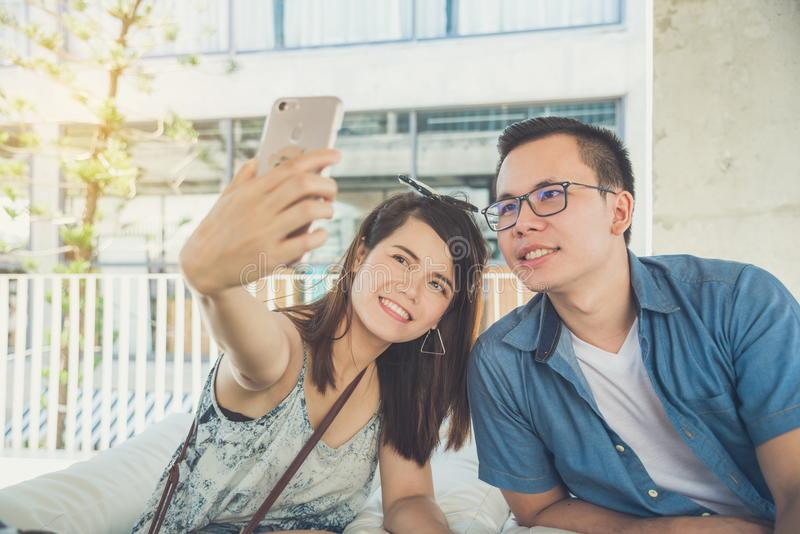 Potomstwo para bierze ich fotografię telefonem komórkowym fotografia stock