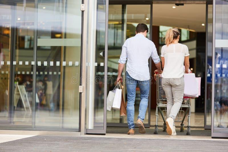 Potomstwo para chodzi w centrum handlowym zdjęcie stock
