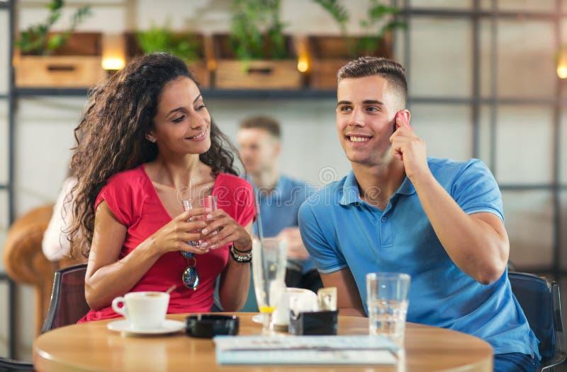 Potomstwo para cieszy się kawę zdjęcie royalty free