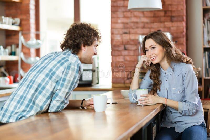 Potomstwo para cieszy się kawę w bufecie obraz royalty free