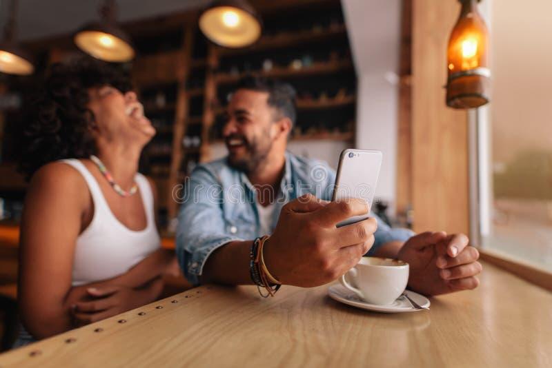 Potomstwo para cieszy się przy sklep z kawą obraz royalty free