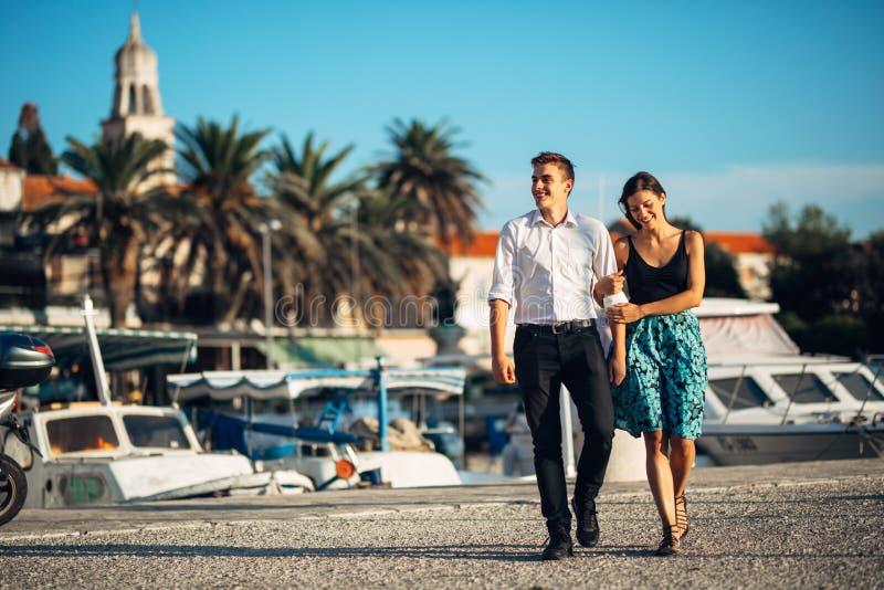 Potomstwo para cieszy się urlopowego czas Chłopak i dziewczyna ma romantycznego spacer wzdłuż wybrzeża nadmorski miasteczko wewną zdjęcia royalty free