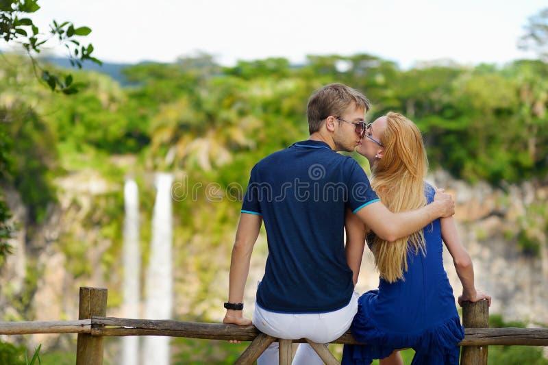 Potomstwo para cieszy się widok na Chamarel spada zdjęcia stock