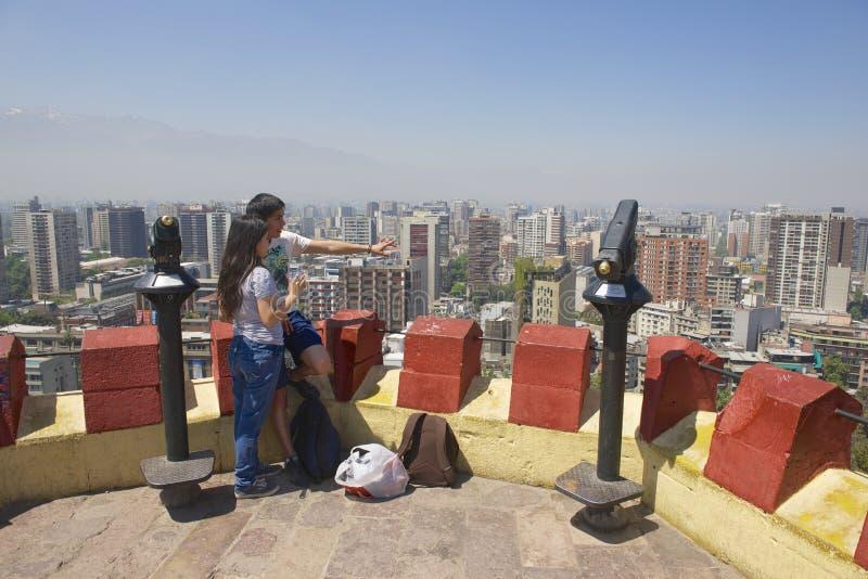Potomstwo para cieszy się widok Santiago miasto od Santa Lucia wzgórza fortecy w Santiago, Chile zdjęcia stock