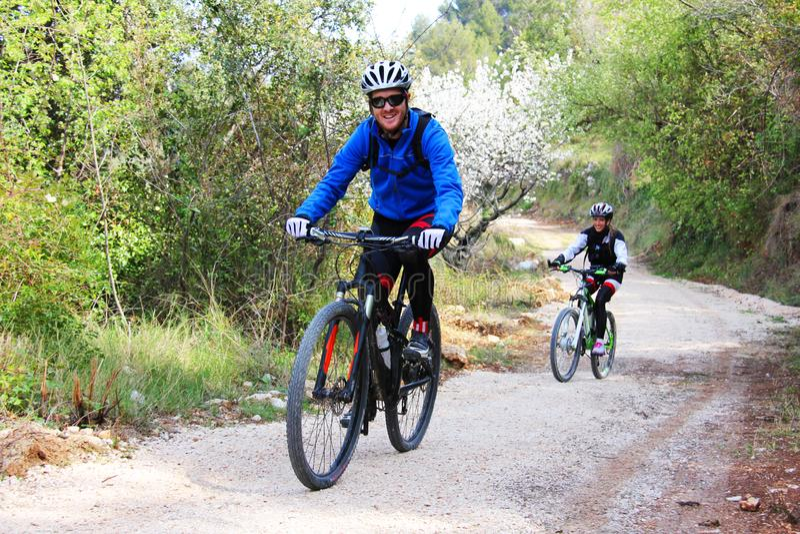 Potomstwo para jedzie rower zdjęcie royalty free