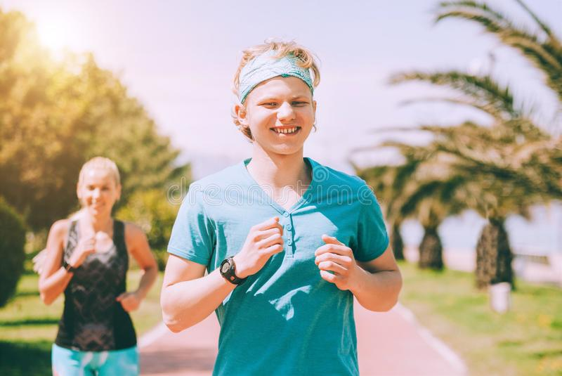 Potomstwo para jogging wp?lnie w letnim dniu Aktywny zdrowy ?ycia poj?cia wizerunek zdjęcia royalty free