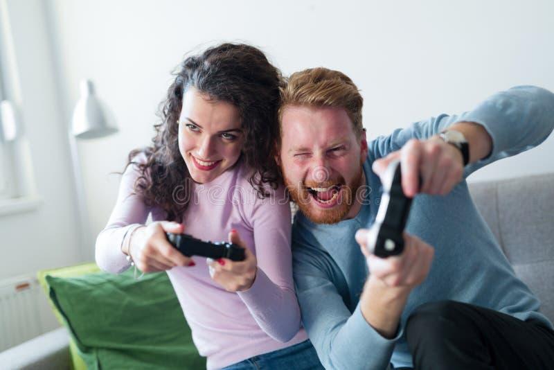 Potomstwo para ma zabawę bawić się wideo gry obraz stock