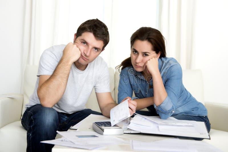 Potomstwo para martwił się w domu w stres księgowości banka zapłatach zdjęcia royalty free