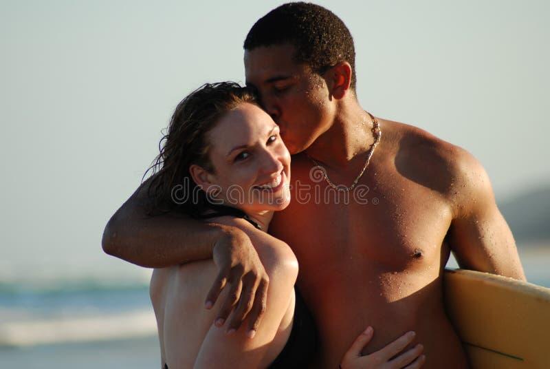 Potomstwo para na plaży zdjęcia royalty free