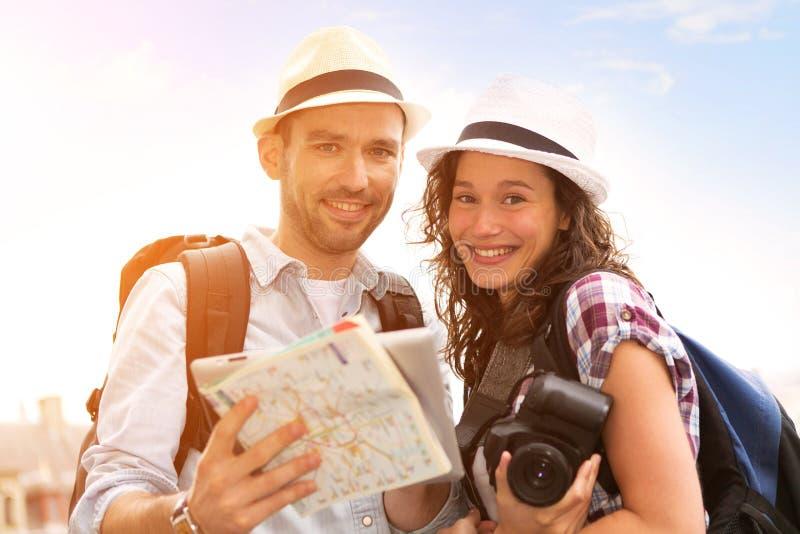 Potomstwo para na wakacjach bierze selfie obrazy stock