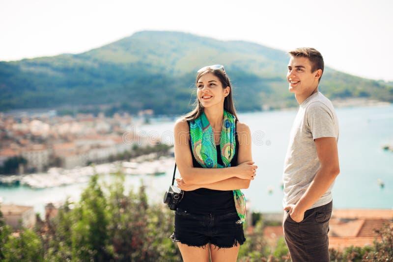 Potomstwo para podróżuje Europa i odwiedza Lato objeżdża Europa i Śródziemnomorską kulturę Colourful ulicy, pejzaż miejski fotografia royalty free