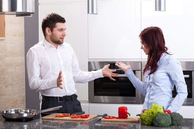 Potomstwo para przy kuchnią obrazy royalty free