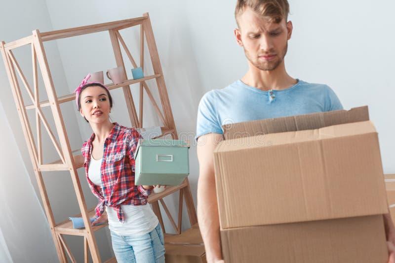 Potomstwo para rusza się nowej miejsce kobiety trwanie przelotna szkatuła obsługiwać przewożenia pudełko dotyczącego obraz royalty free