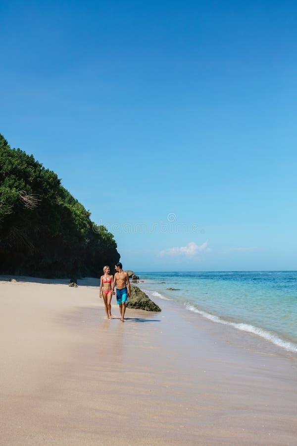 Potomstwo para spaceruje na plaży obrazy stock