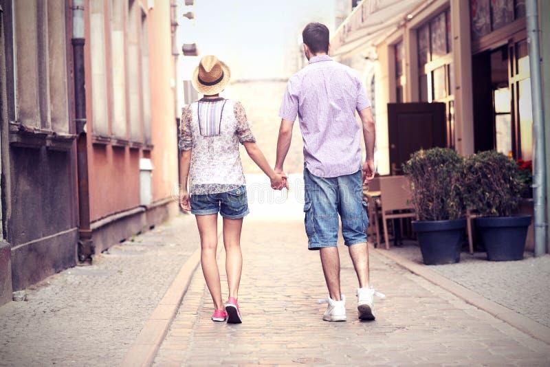 Potomstwo para spaceruje o mieście zdjęcia royalty free