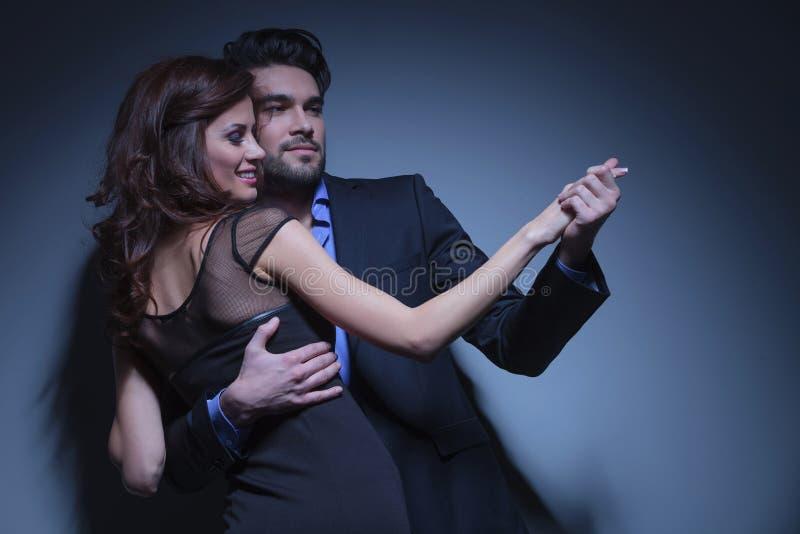 Potomstwo para tanczy daleko od i patrzeje zdjęcie royalty free