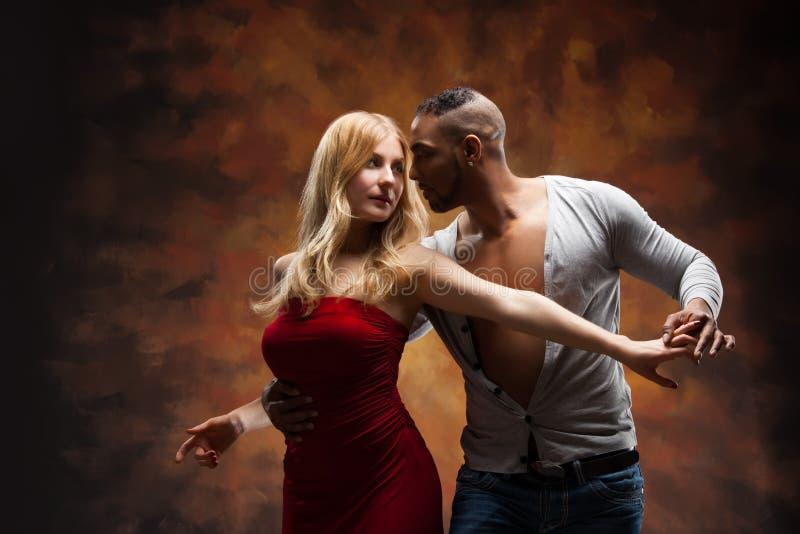 Potomstwo para tanczy Karaibskiego salsa zdjęcie royalty free