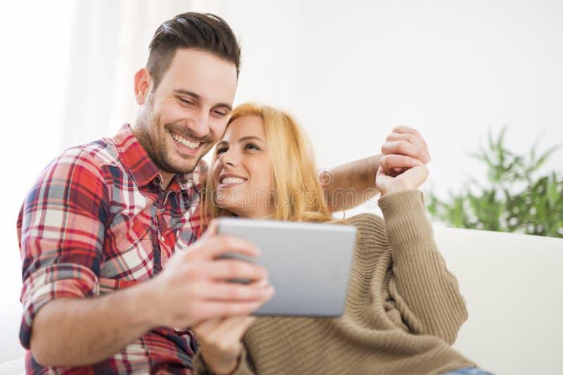 Potomstwo para używa cyfrową pastylkę fotografia royalty free