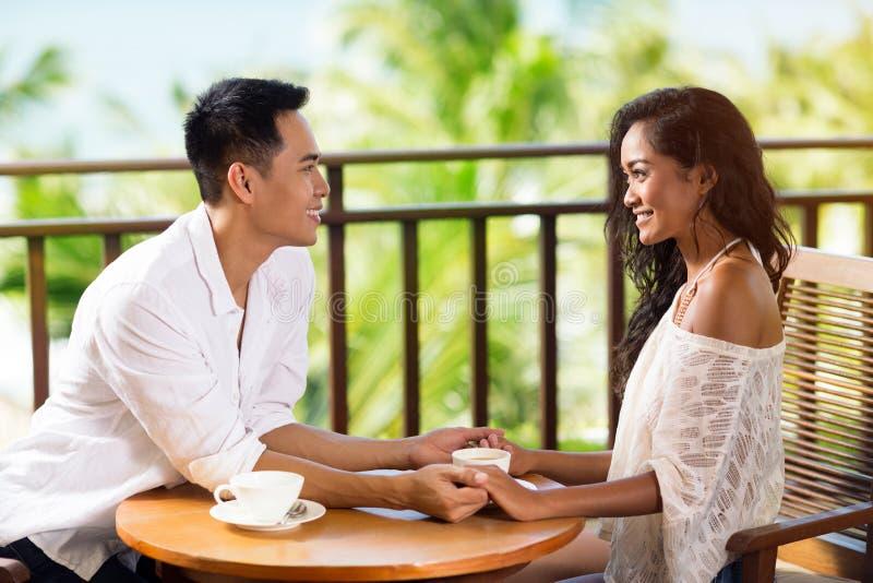 Potomstwo para w miłości pije kawę fotografia royalty free