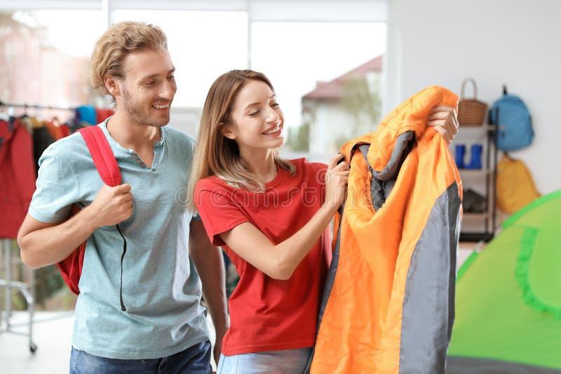 Potomstwo para wybiera sypialną torbę zdjęcie stock