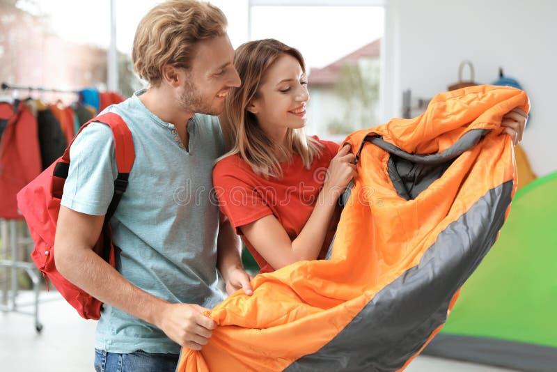 Potomstwo para wybiera sypialną torbę obraz stock