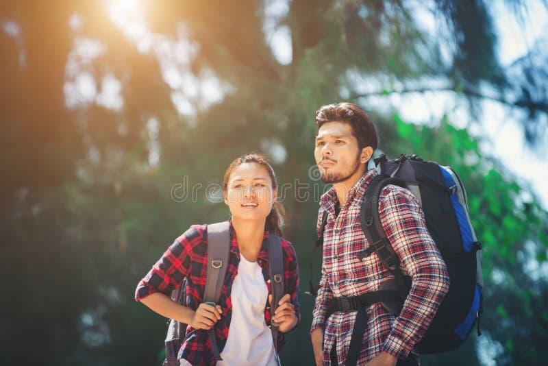 Potomstwo para wycieczkuje wpólnie na wakacje iść przygoda fotografia royalty free
