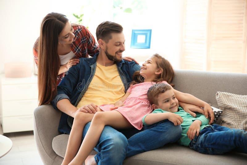 Potomstwo para wydaje czas z dziećmi w domu obraz royalty free