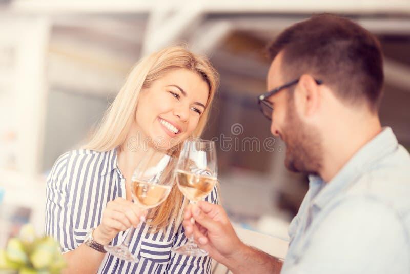 Potomstwo para wznosi toast ich sukces zdjęcie royalty free