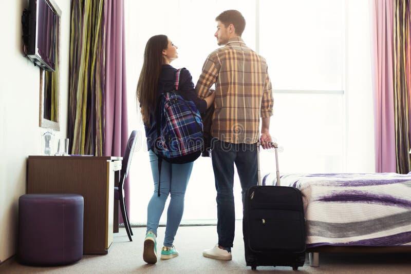 Potomstwo para z bagażem w pokoju hotelowym zdjęcia royalty free