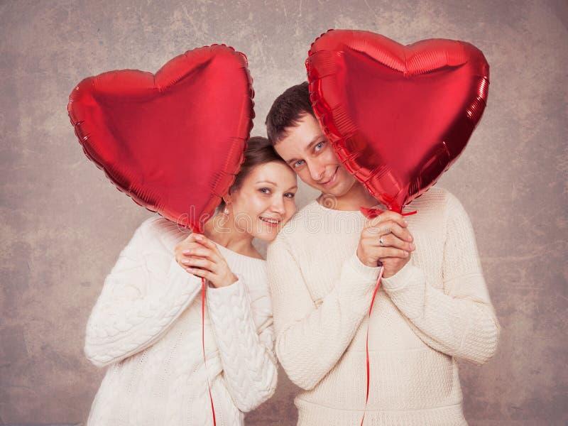Potomstwo para z balonami w postaci serca obrazy royalty free