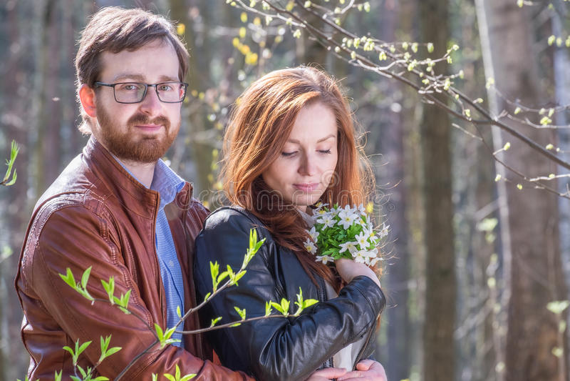 Potomstwo para z kwiatami obraz stock