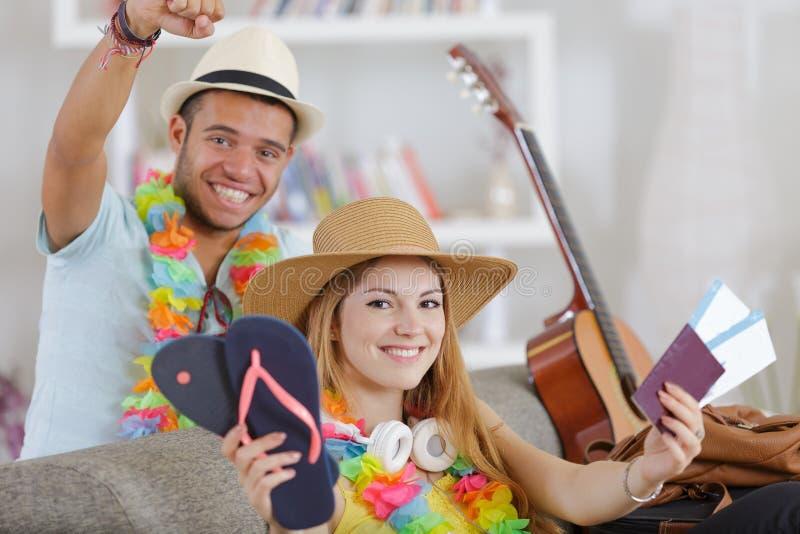 Potomstwo pary śliczni nastolatkowie gotowi dla wakacji zdjęcie royalty free