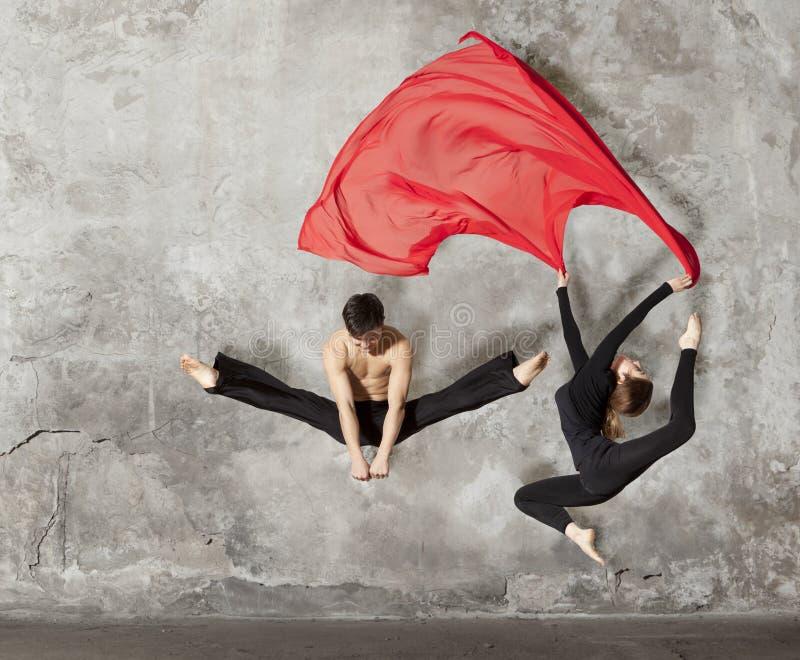 Potomstwo pary baleta taniec zdjęcie stock