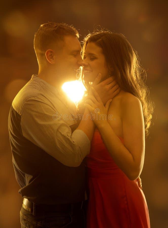Potomstwo pary całowanie w miłości, kobiety i mężczyzna datowanie, Szczęśliwa dziewczyna obrazy stock