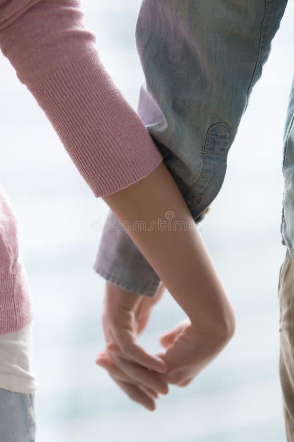 Potomstwo pary mienia ręki, zbliżenie Miłość, poparcie, rodzina, real obrazy stock