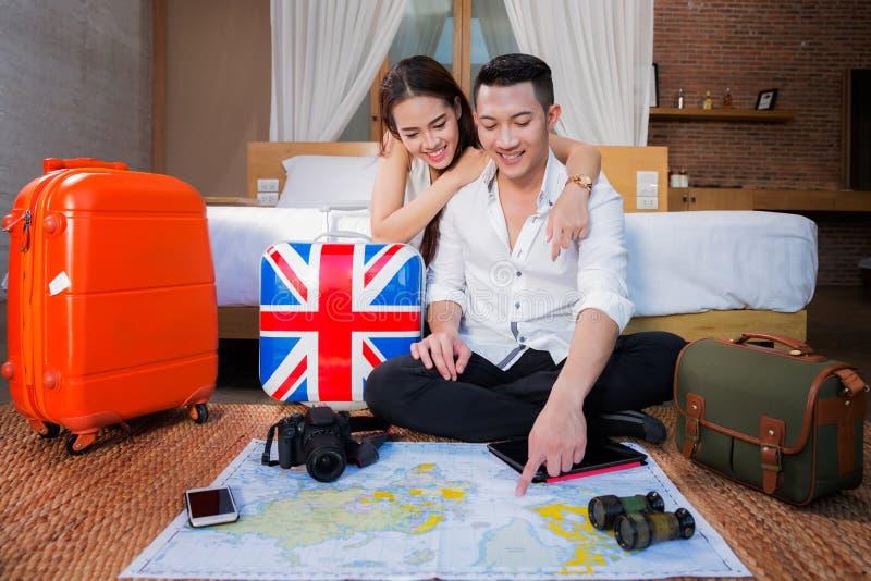 Potomstwo pary miesiąca miodowego wakacje planistyczna wycieczka zdjęcie stock