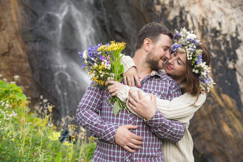 Potomstwo pary modnisia przytulenie w naturze zdjęcia stock