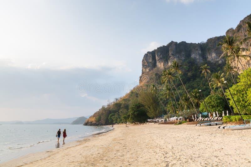 Potomstwo pary odprowadzenie na Pai Plong plaży przy zmierzchem w Krabi prowincji, Tajlandia obraz stock