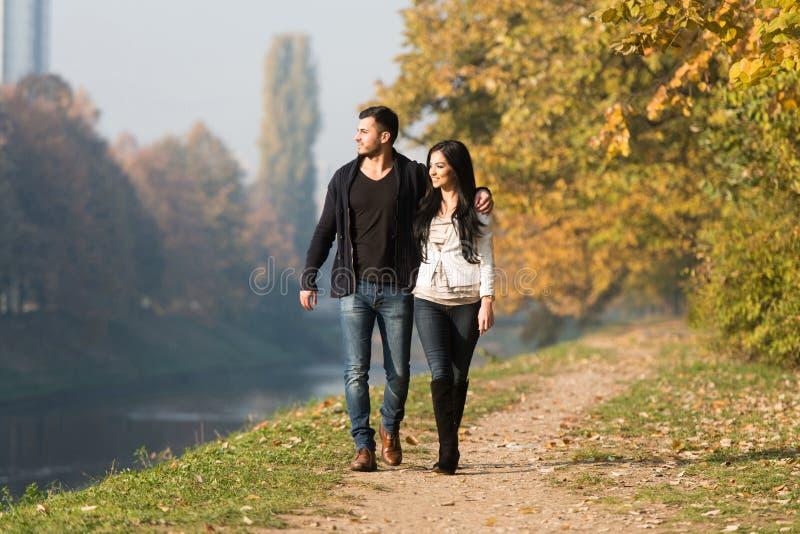 Potomstwo pary odprowadzenie W jesień lesie zdjęcia royalty free