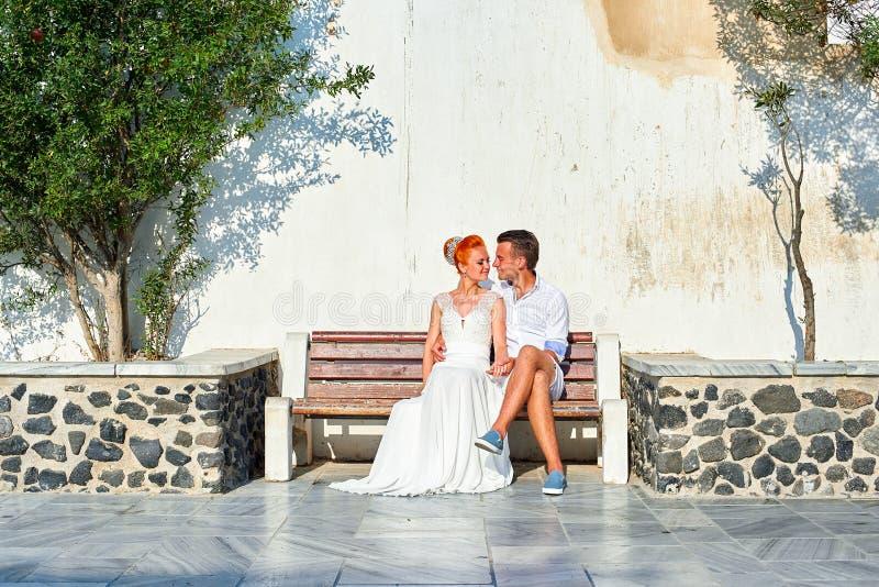 Potomstwo pary państwo młodzi świętuje ślub na Santorini zdjęcie royalty free