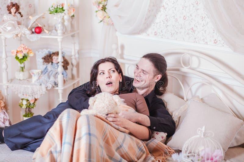 Potomstwo pary próbować ciężarny obrazy royalty free