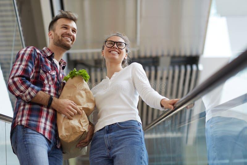 Potomstwo pary przewożenia sklepu spożywczego torba obraz royalty free