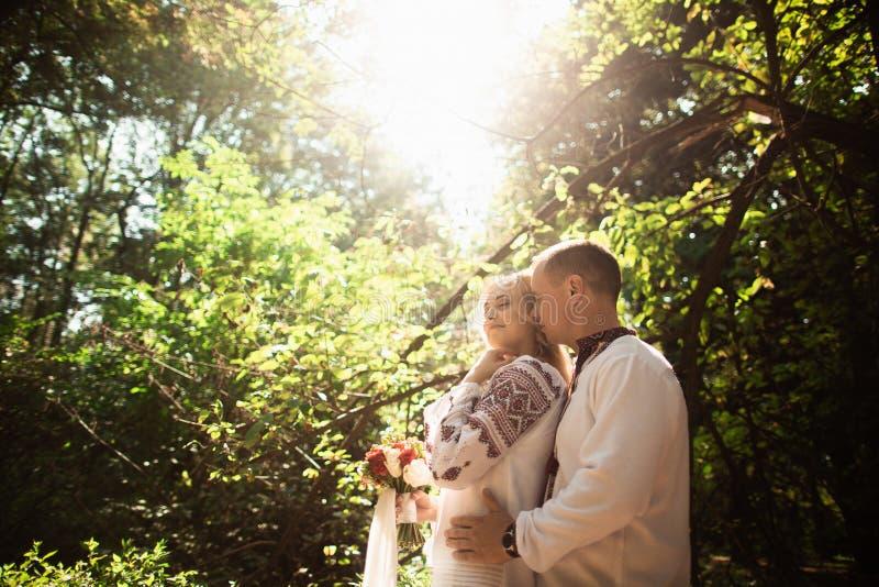 Potomstwo pary przytulenie w pogodnym zieleń parku fotografia royalty free