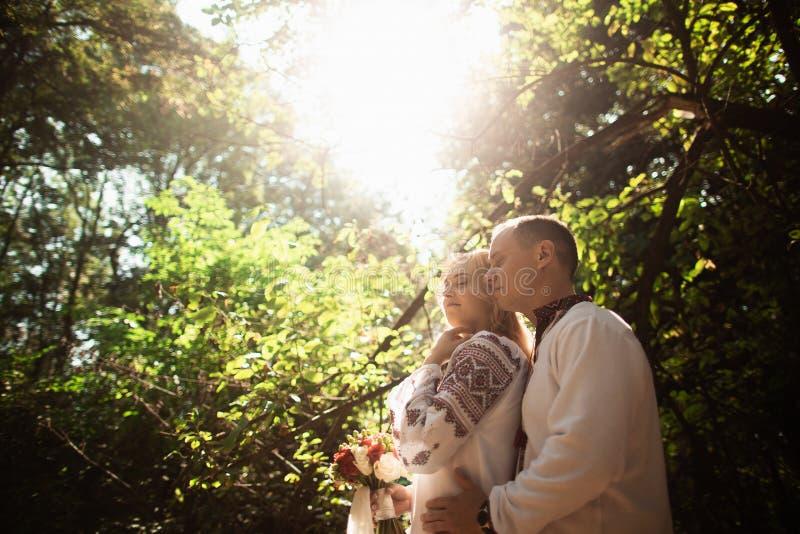 Potomstwo pary przytulenie w pogodnym zieleń parku obrazy royalty free
